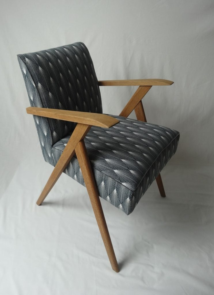 fauteuil scandinave tissus bleu canard avec motifs géométriques blancs Angers